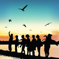 Silhouet van gelukkige toeristen op bamboe raften.