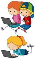 Studenten die aan computerlaptops werken