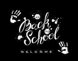 Terug naar school. Belettering. De inscriptie op het bord. Witte verf. Handafdrukken van de persoon. Spatten vlekken op verf. Welkom. Schooltijd.Vector