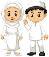 Moslimjongen en meisje in witte uitrusting vector