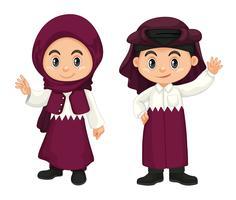 Kinderen uit Qatar in paars kostuum