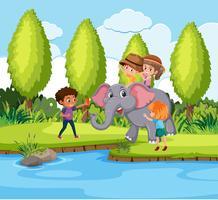 Kinderen rijden olifant in de natuur