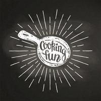 Krijt silhoutte van een pan met zonnestralen en belettering - kookplezier - op blackboard. Goed voor het koken van logotypes, bades, menu-ontwerp of posters.