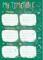 Het malplaatje van het schooltijdschema op schoolbord met hand geschreven gekleurde krijttekst. Wekelijks lessenpakket in schetsmatige stijl versierd met handgetekende schoolkrabbels op groen bord.