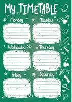 School tijdschema sjabloon op krijt bord met handgeschreven krijt tekst. Wekelijks lessenpakket in schetsmatige stijl versierd met handgetekende schoolkrabbels op groen bord.