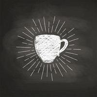 De textuursilhouet van de krijt geweven koffie met uitstekende zonstralen op zwarte raad. Vector koffiemok illustratie voor drank en drank menu of café thema, poster, t-shirt afdrukken, logo.