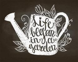 Krijtsilhouet van uitstekende gieter met bladeren en bloemen en het van letters voorzien - het leven begon in een tuin op schoolbord. Typografie poster met inspirerende tuinieren citaat.