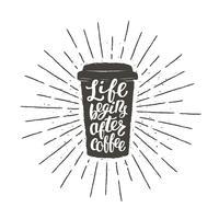 Monochrome vintage papier beker silhouet met belettering Leven begint na koffie. Koffie om te gaan met grappige citaat vectorillustratie voor drank en drank menu of café thema, poster, t-shirt afdrukken.