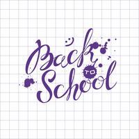 Terug naar school. Belettering. De inscriptie in inkt op het blad van de schoolnotitieblok. Uitnodiging voor school. Ansichtkaart. Inktvlekken. Welkom. Vector.