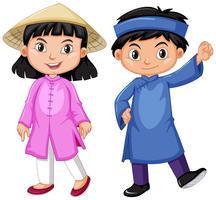 De jongen en het meisje van Vietnam in traditieuitrusting