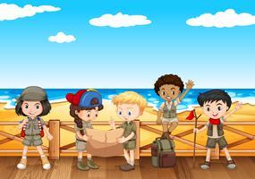 Kinderen lezen kaart aan de kust vector