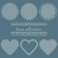 Een verzameling kanten servetten rond en hartvormig.