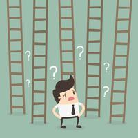 Man voor ladders naar succes