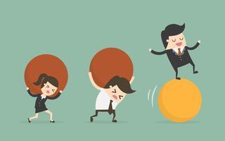 Bedrijfsmensen die ballen houden terwijl één op de bal in evenwicht is
