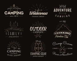 Campingemblemen en reisinsignes. Vintage kleuren, oud stijlontwerp.