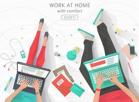 Top-down beeld van twee mensen die thuis werken