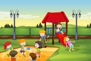 Kinderen spelen samen in de speeltuin vector