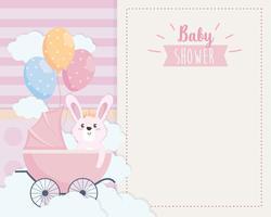 Kaart van de baby douche met konijn in koets vector
