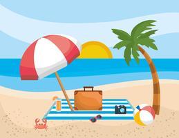 Palmboom met paraplu en koffer op strand