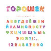 Cyrillische polka dots lettertype. Kleurrijke ABC-letters en cijfers