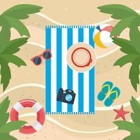 Luchtfoto van handdoek op zand met hoed, camera, strandbal, sandalen