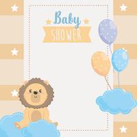 Kaart van de baby douche met leeuw op wolken met ballonnen vector
