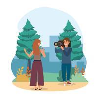 Vrouwelijke verslaggever met cameraman in park