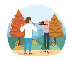 Mannelijke verslaggever met microfoon en camerawoman