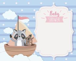 Kaart van de baby douche met wasbeer in boot