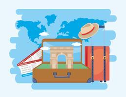 Arc de triomphe in koffer met vliegtuigtickets en hoed