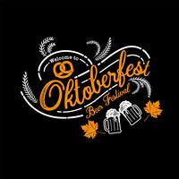 Oktoberfest hand getekend vector belettering en bierglas