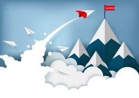 Papier vliegtuig vliegt naar de top van de berg