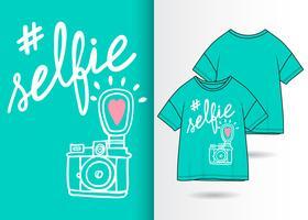 Selfie Hand getrokken camera met t-shirt ontwerp vector