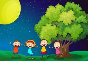 Kinderen spelen graag in de buurt van de boom