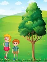 Een lang meisje met haar broer op de heuveltop