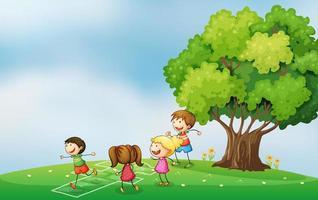 Kinderen spelen op de heuveltop in de buurt van de boom