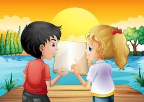 Twee tieners die een leeg boek lezen bij de houten duikplank