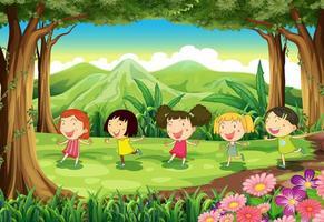 Vijf meisjes spelen midden in het bos