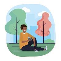 leuke man zitplaatsen met smartphone en bomen