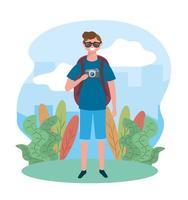 reizen man draagt zonnebril met camera en rugzak