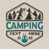T-shirt design met bergen in vintage stijl op het campingthema. vector