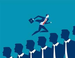 Zakenman die over zakenlieden loopt