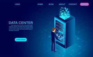 datacenter serverruimte met man op laptop