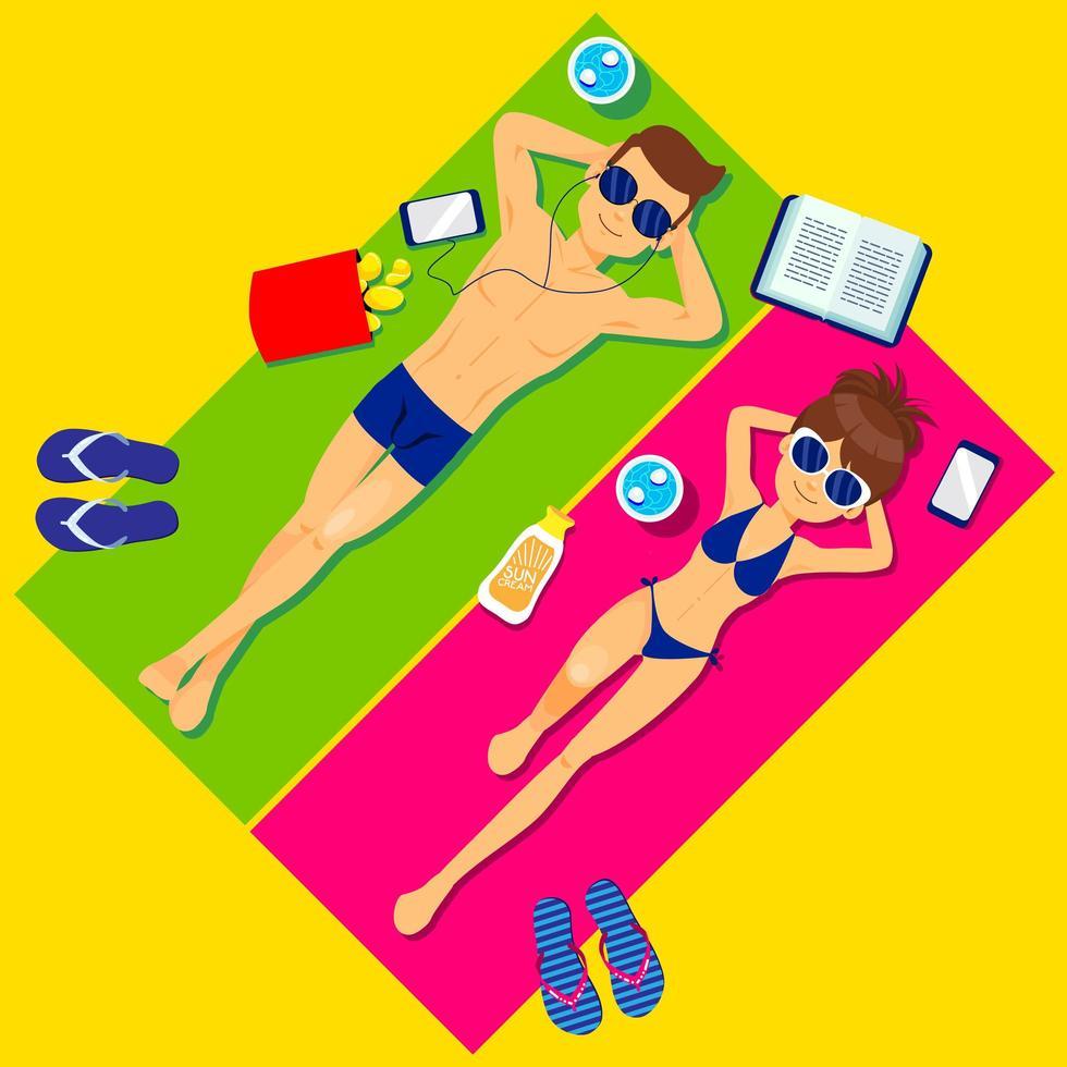 par som solar på strandhanddukar vektor