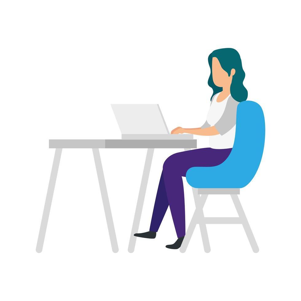 kvinna som sitter i en stol med en bärbar dator på skrivbordet vektor