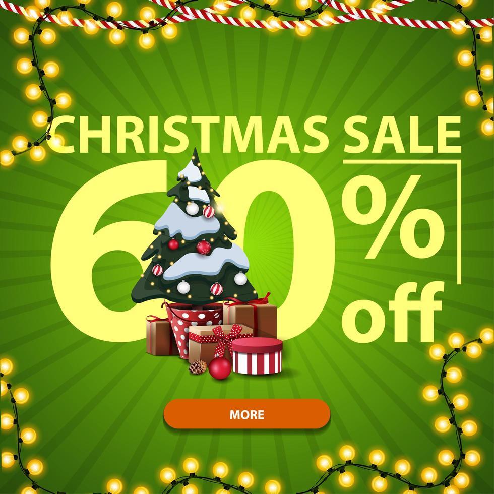 Weihnachtsverkauf, bis zu 60 Rabatt, grünes Rabatt-Banner mit großen Zahlen, Knopf, Girlande und Weihnachtsbaum in einem Topf mit Geschenken vektor