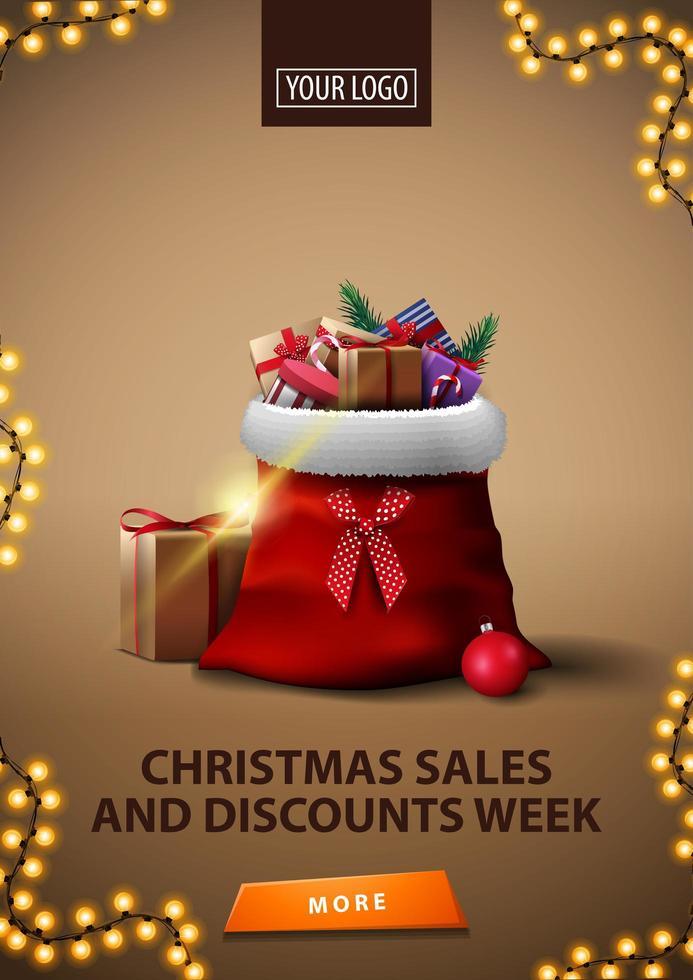 julförsäljning och rabattvecka, vertikal brun rabattbanner med ram av krans, knapp och jultomtepåse med presenter vektor