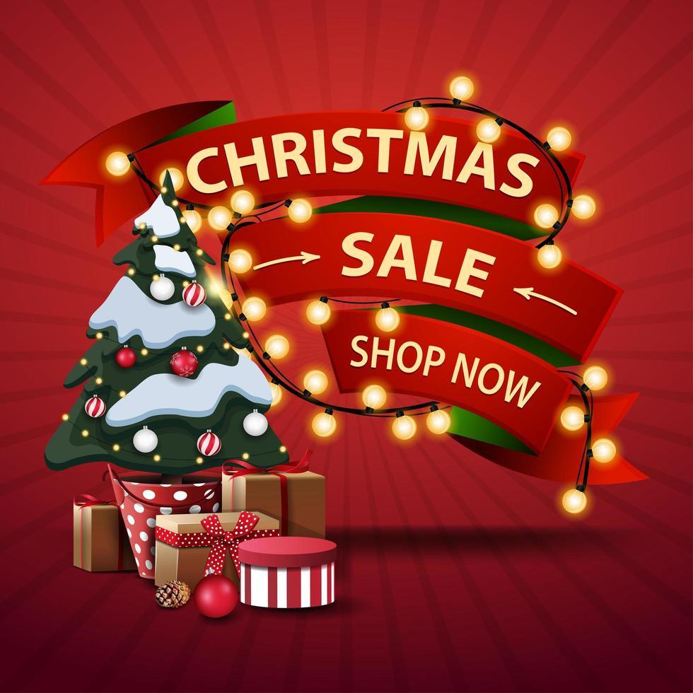 Weihnachtsverkauf, jetzt einkaufen, Rabatt Banner in Form von Bändern umwickelt Girlande und Weihnachtsbaum in einem Topf mit Geschenken vektor