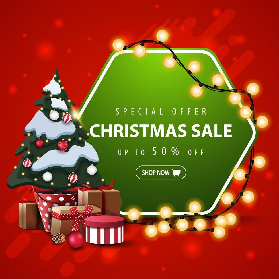 Sonderangebot, Weihnachtsverkauf, bis zu 50 Rabatt, quadratisches rotes und grünes Banner mit sechseckigem Schild, eingewickelter Girlande und Weihnachtsbaum in einem Topf mit Geschenken vektor