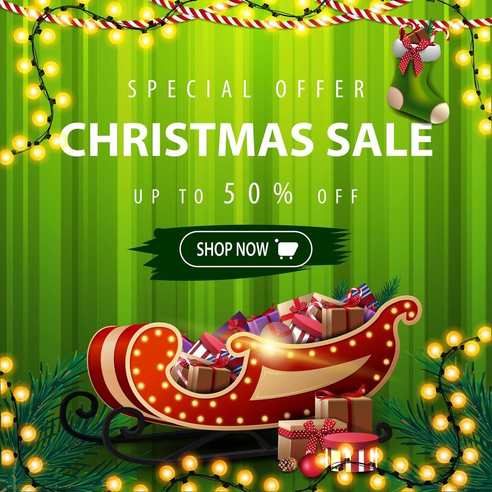 Sonderangebot, Weihnachtsverkauf, bis zu 50 Rabatt, quadratisches grünes Rabattbanner mit Vorhang auf dem Hintergrund, Girlanden und Weihnachtsschlitten mit Geschenken vektor